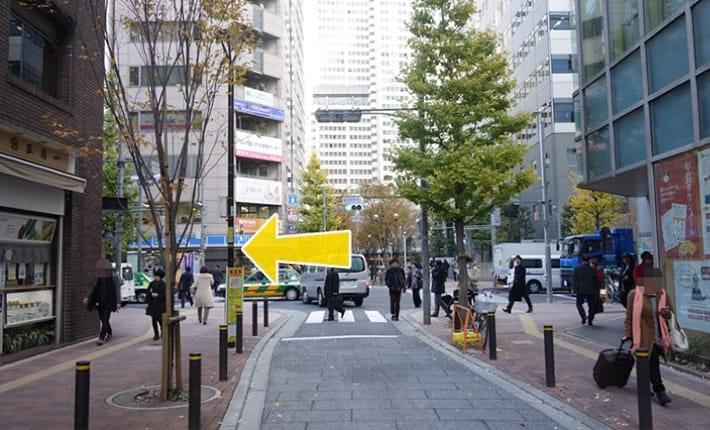 12.新宿郵便局前交差点を左に曲がります。