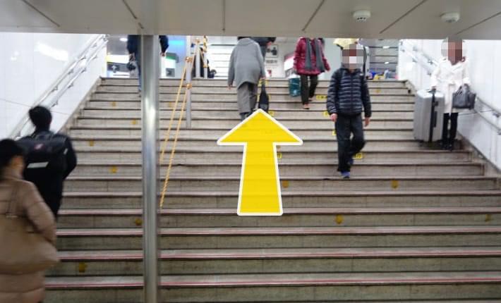 04.地下道を渡って階段を上がります。