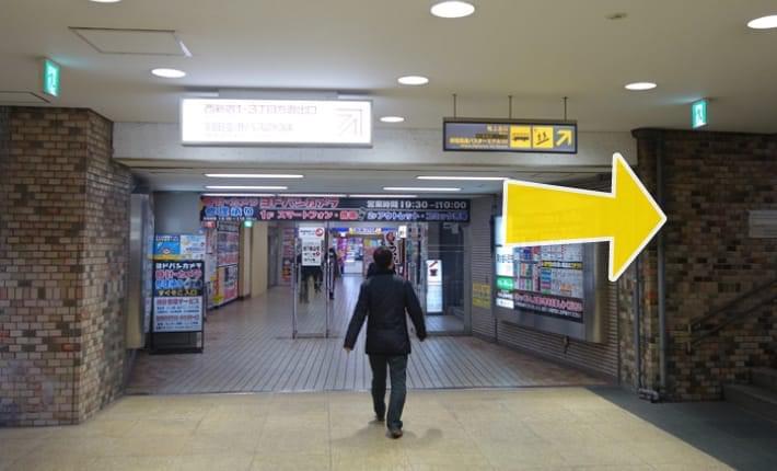 09.右に曲がって新宿高速バスターミナル出口、地上出口階段に向かいます。階段を上ります。