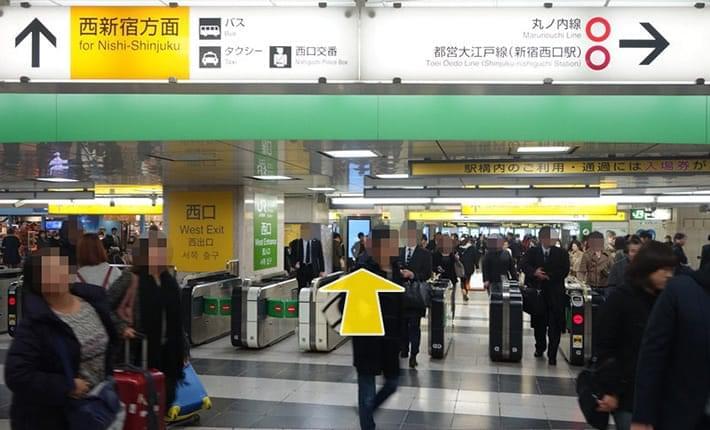 新宿西口改札を出ます。