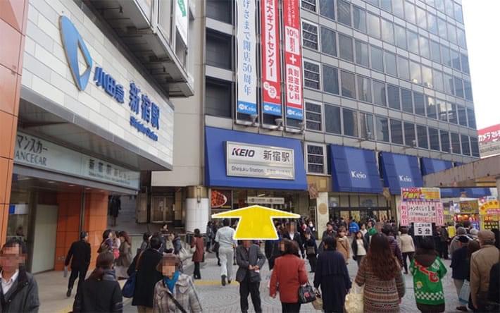 新宿駅西口を京王デパートに沿って歩きます。
