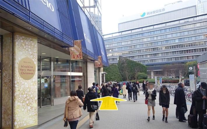 京王デパートに沿って歩道なりに歩きます。
