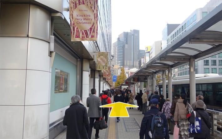 まっすぐ歩いて最初の横断歩道を右に曲がってわたります。