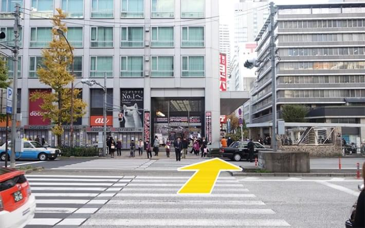 横断歩道を渡って右に斜めに向かいます。
