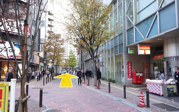右手に新宿郵便局が見えてきます。さらに直進します。