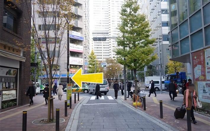 新宿郵便局前交差点を左に曲がります。