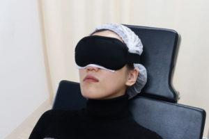 術後にアイスノンで冷却している女性