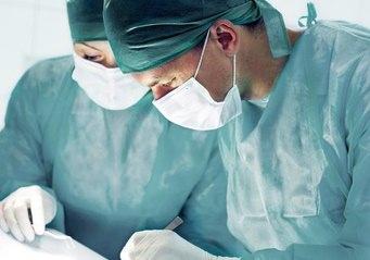 手術中のドクター
