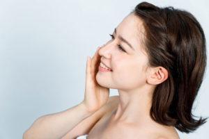 小顔整形の効果に喜ぶ女性