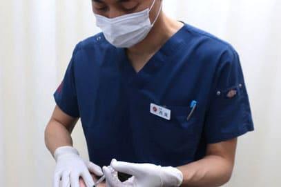 ドクターが注射している画像