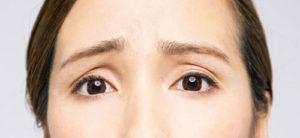 瞼がくぼんでいる女性