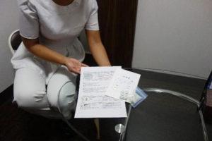 処方する薬の説明を行う看護師