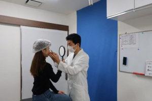 施術前にシミュレーション・デザインを行う医師
