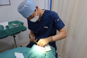 麻酔を行う医師