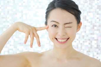 二重や涙袋、目の大きさに左右差ができる原因と治す方法