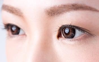 目を大きく