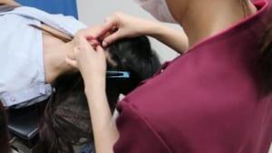 髪を結ぶ看護師
