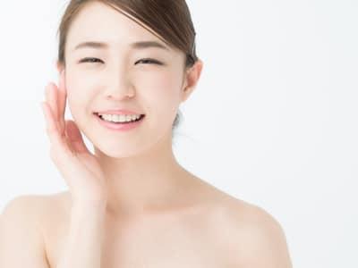 小顔治療に満足する女性